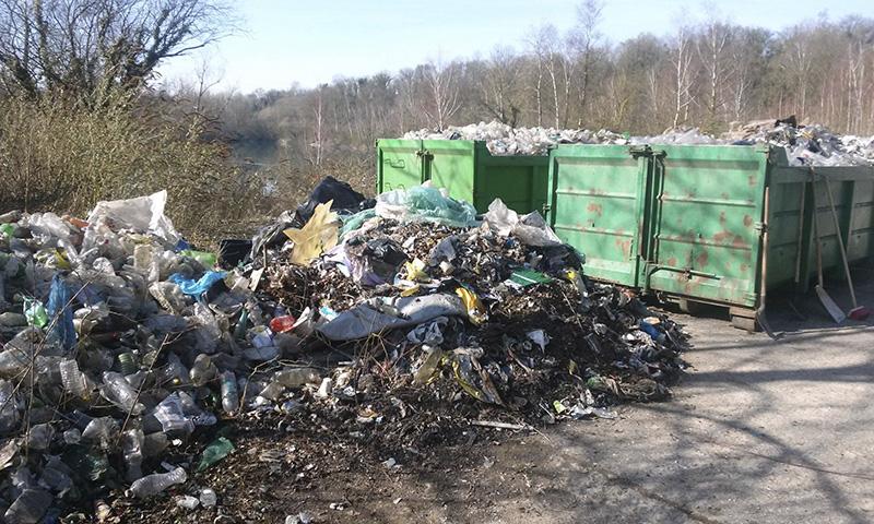 les bennes à ordures sont déjà remplies